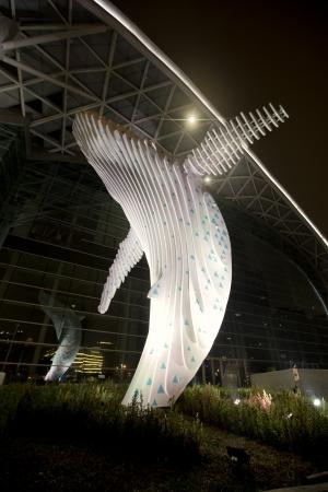 鯨魚躍身造型呼應展覽館波浪狀屋頂高度達十二米